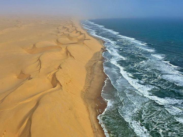 Пустыня встречается с атлантикой в Намибии