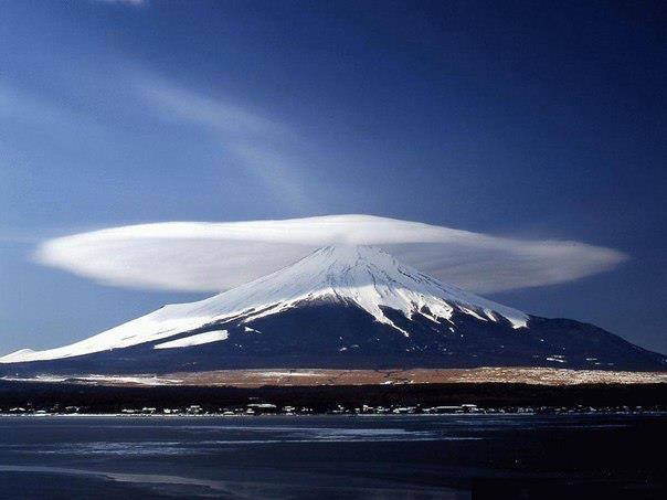 Облако над горой в Армении