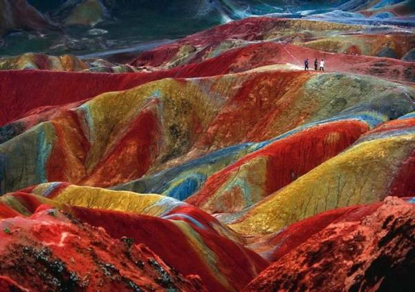 Уникальное геологическое явление. является результатом накопления за миллионы лет красного песчаника и других  пород. Китай.