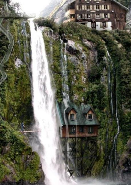 Дом под водопадом в Швейцарии