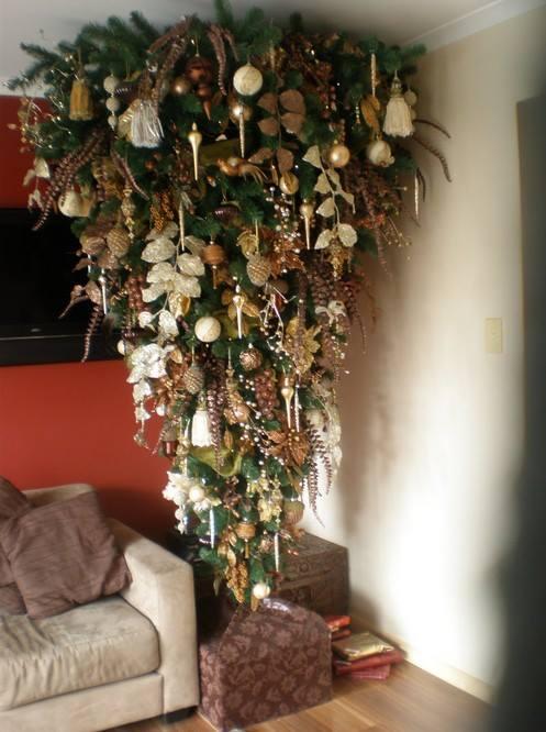 Новогодняя елка вверх тормашками