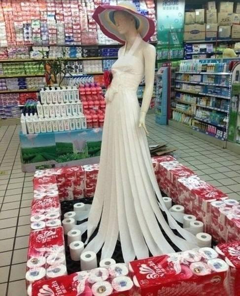Платье на манекене в хозяйственном магазине