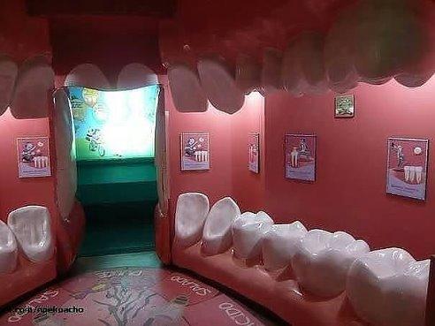 Вход в стоматологический кабинет, интересно как бы выглядел вход в гинекологию?