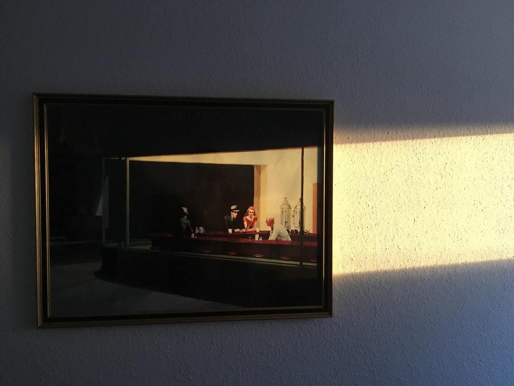 Лучи солнца сливаются с картиной