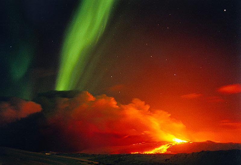 Извержение вулкана на фоне полярного сияния