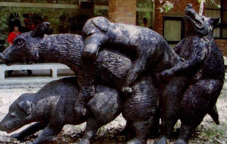 Странный памятник собакам