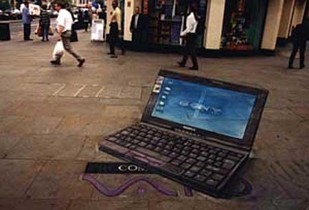 Ноутбук на асфальте