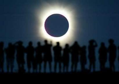 Туристы на фоне затмения