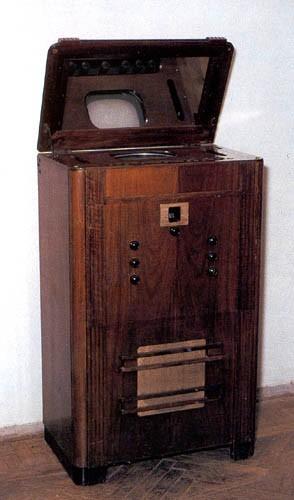 В 1938 г. начался серийный выпуск консольных приемников на 343 строки типа ТК-1 с размером экрана 14Х18 см.