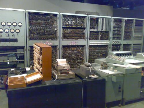 Первый компьютер - лампы, программы на перфокартах и т.д. Занимал и отапливал несколько комнат