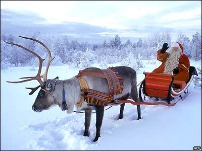 Санта-Клаус уже снарядил своего оленя и готов отправиться из Лапландии в путешествие по свету