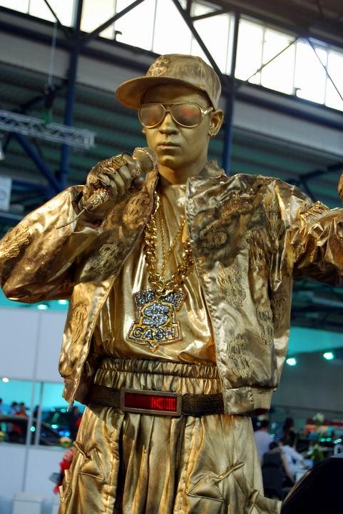 Статуя рэп-исполнителя представляет киевский театр живой скульптуры