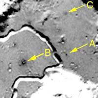 Фотография из статьи, стрелка А, указывает на серое пятнышко точно расположенное в месте посадки Аполлон-15. Фотография сделана американским военным спутником Клементина, сфотографировавшим места посадок по миссии «Аполлон». К сожалению, разрешение фотографий очень низкое.