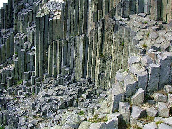 Земля, на фотографии базальт (столбчатая раздельность), по своему составу (Si, О и Al) базальты близкие родственники лунным камням, но пропорция содержания других химических элементов сильно отличаются. Да и по плотности лунные камни примерно в два-три раза легче. Поэтому дело не только в форме, но прежде всего во внутренней организации. Не один камень выбранный из данных обломков близко бы не соответствовал камням из лунной коллекции.