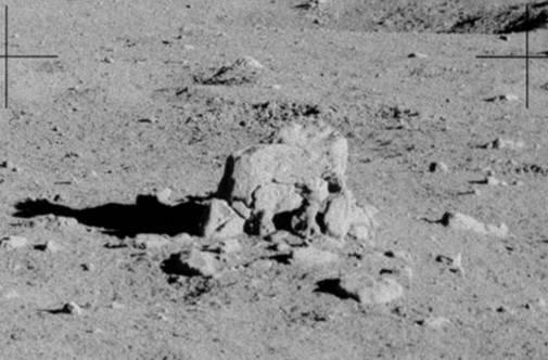 Этот необычного вида камень снятый издали и имеет примерно 2-3 метра высоты
