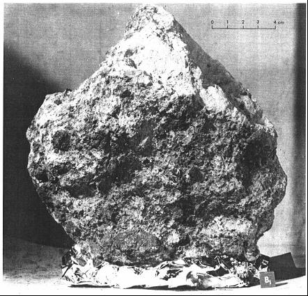 Внимание на подошву, нижняя часть камня упакована. И из кусочков упаковки случайно возник профиль пилы, приспособление отсутствующее у реальных камней, но подобное устройство могло бы перемещать камни в случае вибрации и направленной ориентации камня.