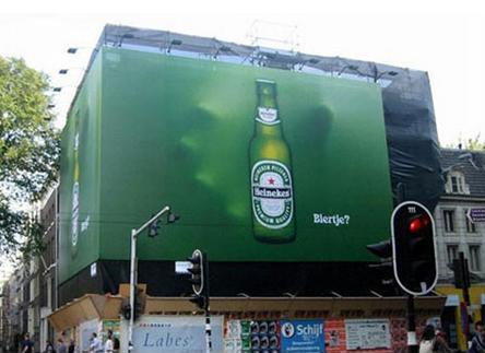 Пиво Heineken. Реклама рассчитана на людей, которые не могут пройти мимо, если кому-то уже наливают.