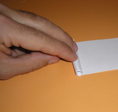 Вставляем получившийся рулончик в отверстие в диске, нижнюю сторону разрезаем вдоль на 4-5 частей.