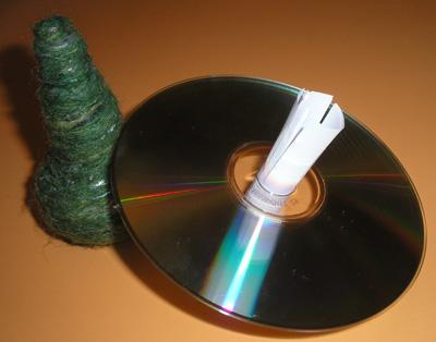 Загибаем надрезанные полоски и приклеиваем их к диску.