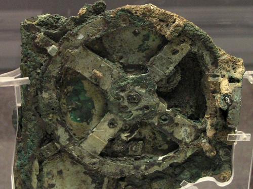 Это устройство 80 г. до н.э. было найдено на дне моря, на борту древнего греческого судна и считается самым древним компьютером
