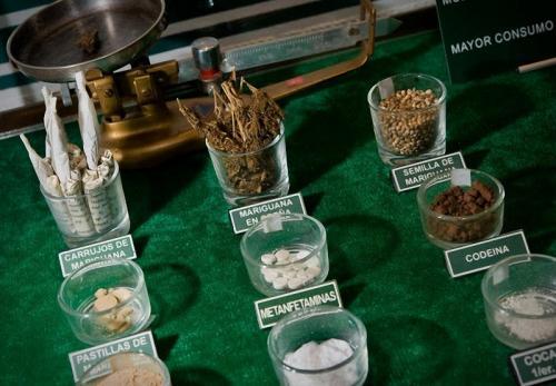Образцы различных наркотиков, помещенные в стеклянную посуду, выставлены для ознакомления.