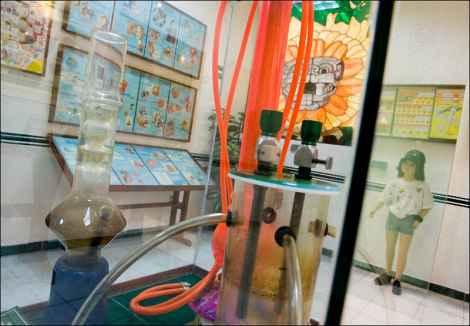 На этом стенде показаны различные приспособления, используемые в изготовлении и употреблении наркотиков. «Идея состоит в том, чтобы показать историю наркотиков, различные методы их приготовления, наши операции и попытки противостоять распространению губительных веществ, а также образ жизни наркодельцов, социальный феномен нарко-культуры», - говорит куратор музея.