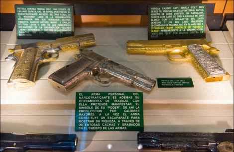 Различные пистолеты, изъятые у членов картеля. Пистолет в центре протравлен марихуаной и опием.