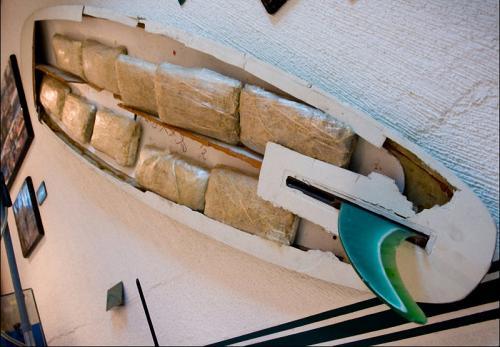 Куда только не запихивают наркокурьеры свой груз. Один из образцов, тайник в доске для серфинга.