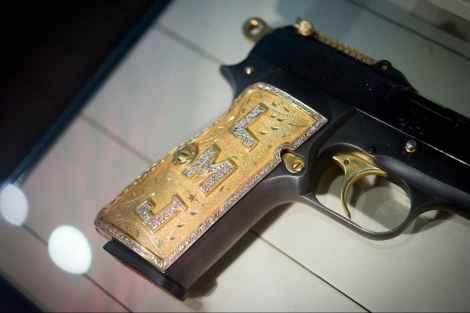 Пистолет одного из членов наркокартеля. На этом 9-милимметровом пистолете с бронзовой рукояткой, бриллиантами выложены инициалы LMJ.