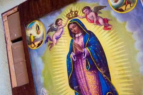 Наркотики спрятаны в рамке картины Девы Марии Гваделупской. Девять таких икон были найдены во время осмотра пассажирского автобуса в Соноре, Мексика. В итоге было конфисковано 49 кг марихуаны.