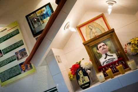 В этой секции музея рассказывается о связи между некоторыми религиями и торговлей наркотиками. На одном из стендов стоит бюст Иисуса Мальверде. По легенде, Мальверде – грабитель с большой дороги – был убит властями в 1909 году. Он является святым покровителем наркоторговцев и Робин Гудом для бедных.