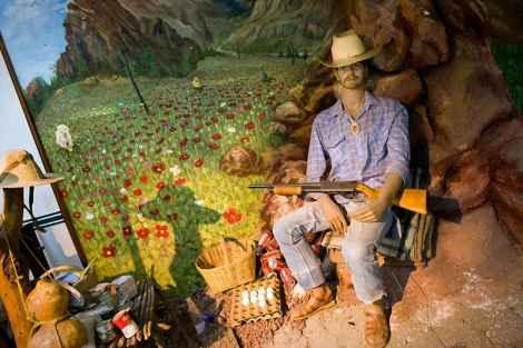 Диорама в натуральную величину, изображающая фермера, охраняющего свой урожай. Диораму сопровождает магнитофонная запись нарко-корриды – популярных баллад о наркоторговцах.