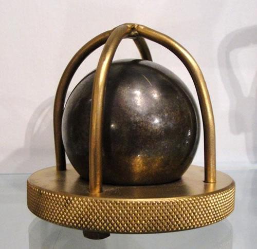 Это предмет позапрошлого века. Шарик размером с апельсин. Что же это такое и для чего это приспособление использовалось?