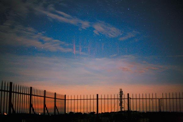 За несколько десятков секунд экспозиции поверх проступающих на сумеречном небе звезд вспыхнуло около десятка спрайтов. Грозовой фронт, над которым они поднимаются, скрыт за горизонтом. Фото: OSCAR VAN DER VELDE