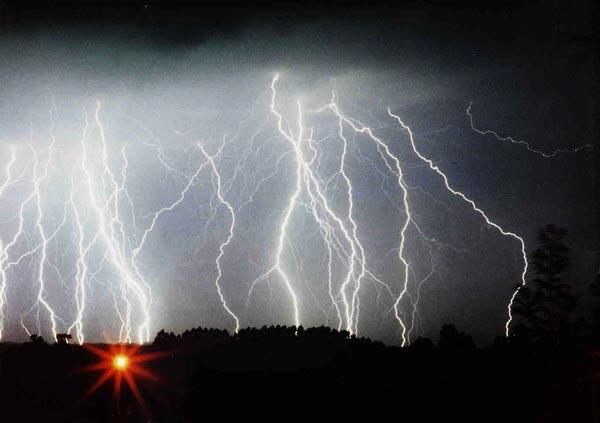 В каждую секунду в поверхность нашей планет бьет в среднем сорок шесть молний. Количество высвобождающейся энергии колоссально, хотя и вдвое меньше, чем думали в прошлом веке.