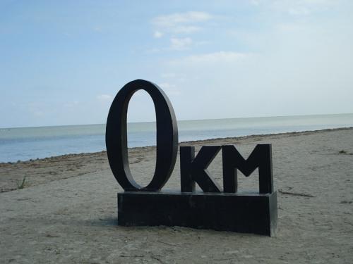 Делюкова коса – где знак «0 км» (длина Дуная отсчитывается, в отличмие от других рек, от моря). По территории 8 государств на 2850–километровом маршруте несет по Европе свои воды могучий Дунай. Преодолев эту марафонскую дистанцию, полноводная река с миллионами тонн взвешенного ила встречается с Черным морем. «0 КМ» — знак, символизирующий встречу двух стихий, огромной реки и моря, нашедших свой компромисс в Дунайской дельте. Эта магическая точка притягивает миллионы жителей бассейна Дуная, где можно увидеть дикую природу, безлюдное взморье, новые острова и косы, многоликое птичье население.