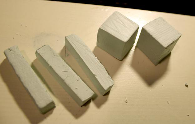 Итак. Отрезаем от пасты кусок необходимой величины (или сколько получится), остальное быстренько заворачиваем обратно в упаковку, чтоб не сохло. Из отрезанного куска вырезаем два одинаковых кубика и три брусочка. Длина каждого бруска должна быть равна двум длинам кубиков. Так же вырезаем дно и боковые стенки нашего календарика. Не старайтесь сделать поверхность идеальной — все равно все нах деформируется при сушке.