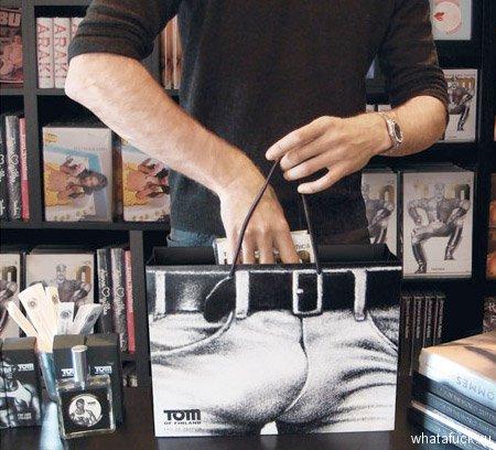 Пакет в стиле Тома Финланда – весьма экстравагантного художника и дизайнера, который прославился своими эротическими рисунками.