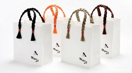 Пакеты от парикмахерского салона Muse Hair украшены забавными косичками.