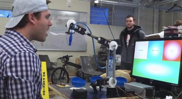 Робот iCRAFT кормит человека с ложечки