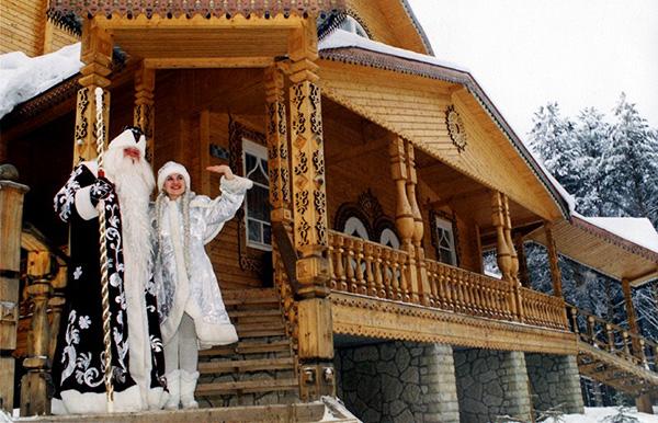 Дед Мороз и Снегурочка в вотчине Деда Мороза, что в 15 км от Великого Устюга.