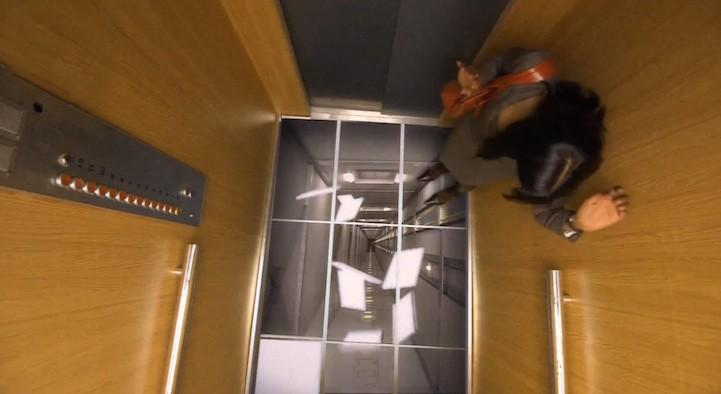 Пол лифта. Когда компания LG решила, что им нужно показать всему миру, насколько «реалистичны» их новые мониторы, они сделали это… в лифте. Представьте, вы входите в лифт, тут начинает мигать лампочка, а плитка под вашими ногами «отслаивается», и кажется, что вы сейчас упадете в шахту лифта. Умно или жестоко?