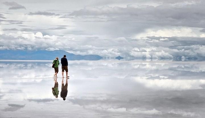 Гуляя по воде. Но кто еще мог предоставить нам лучшую оптическую иллюзию, если не главный фокусник в этом жанре – матушка природа? Солончак Уюни – самая таинственная соляная равнина в Боливии – это самое настоящее зеркало. Ну, в определенный сезон, когда солончак заливает водой. Если вы когда-нибудь будете в Боливии, не пропустите поездку на солончак Уюни, особенно в сезон дождей.