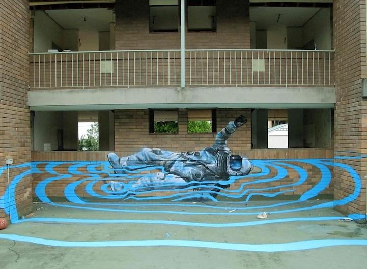 Водный стрит-арт. Это ода историческому прыжку из космоса Феликса Баумгартнера – уличный художник из Брисбейна Финтан Маги создал этот шедевр под названием «Феликс плывет на спине». Нарисовано сие творение на заброшенном доме, чтобы привлечь больше людей к заброшенным и забытым местам.