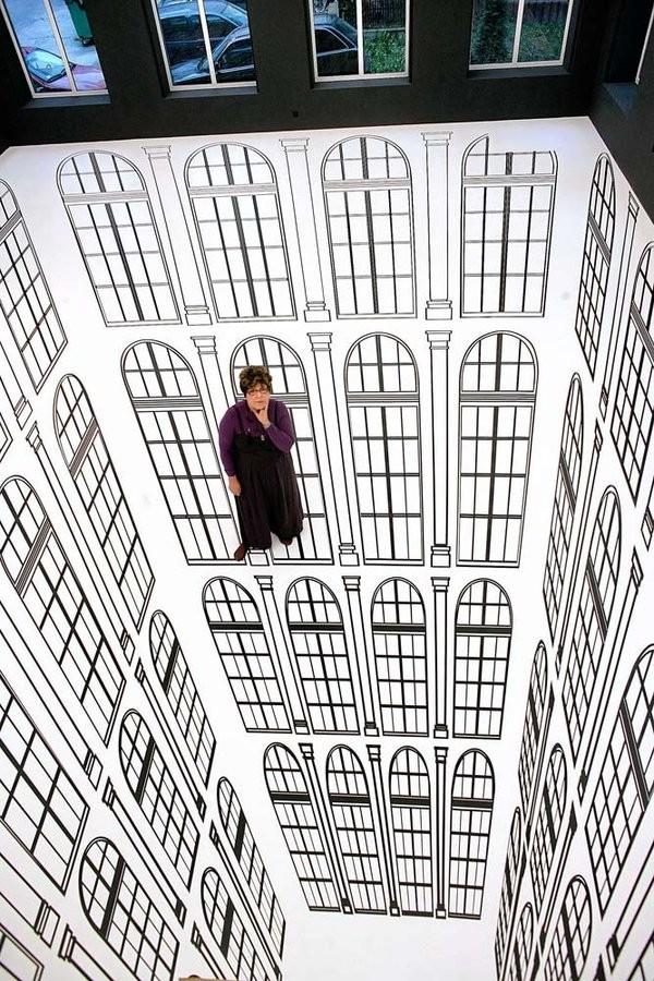 Пропасть, по которой можно пройти. Ранее в этом году бразильский художник Регина Сильвейра создала эту невероятную инсталляцию «Глубина», которая была представлена в картинной галерее современного искусства в Лодзе, Польша. Использовав архитектуру галереи, в частности, ее окна, она создала бесконечную пропасть, по которой можно пройтись.