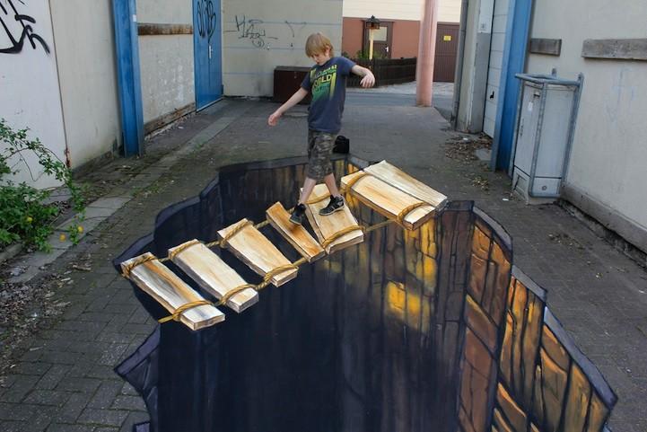 Мальчик на подвесном мосту. Николай Арндт создал этот оптический обман под названием «Мост». Мальчик проходит по шаткому мостику прямо над пропастью. Иллюзионист уличного искусства в 3D – настоящий мастер своего дела.