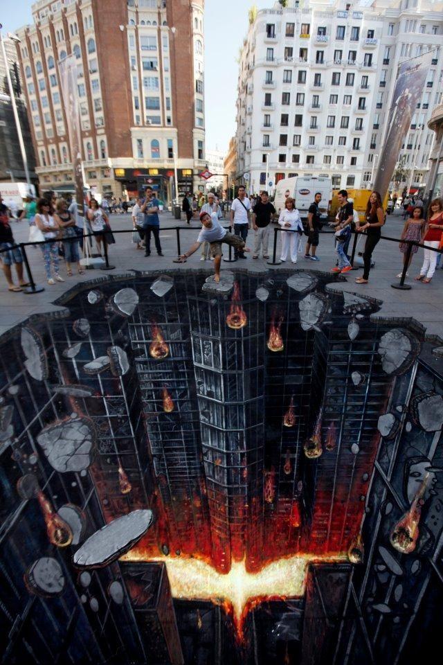 Разрушающийся Готэм. Джо и Макс – это команда одних из лучших иллюзионистов уличного искусства в мире. Один из их «хитов» - вот этот рисунок в преддверии премьеры фильма «Темный рыцарь: возрождение легенды». Рушащийся город появился на улицах Мадрида в Испании.