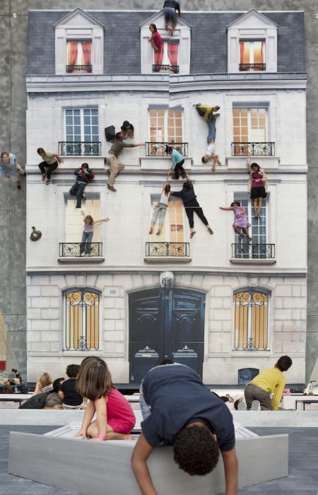 Почувствуй себя Человеком-Пауком. Инсталляция «Здание» от аргентинского художника Леандро Эрлиха – это настоящая забава для детей и взрослых. Впервые ее представили на целых три месяца в Париже. Посетители могли залезать на здание и перепрыгивать с окна на окно.