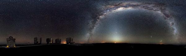 Панорама Млечного Пути на фоне южного неба, сделанная около обсерватории Параналь, Чили, 2009 год.