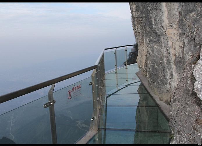 рис.3. Стеклянная тропа страха на горе Тяньмень в Китае